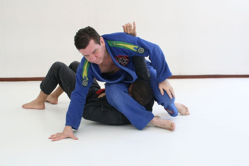 Brazilian Jiu-Jitsu lesson: André Pederneiras teaches a double attack starting from the mount