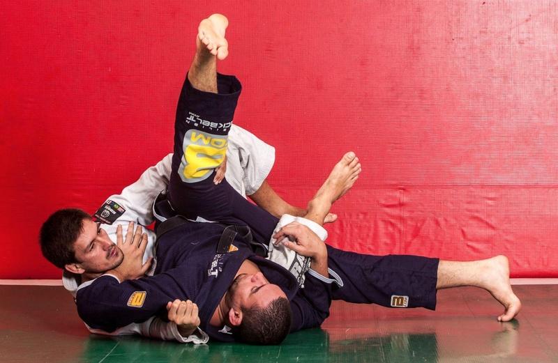 Demian Maia ensina uma finalização da pegada das costas