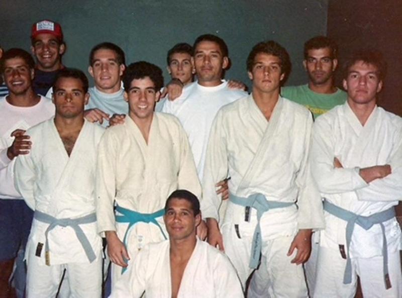 Sergio bolão Souza faixa preta desde 1990 e formado pelo saudoso mestre Carlson Gracie .