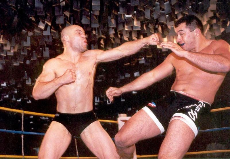 No IVC, os rounds duravam 30 minutos e os lutadores não usavam luvas