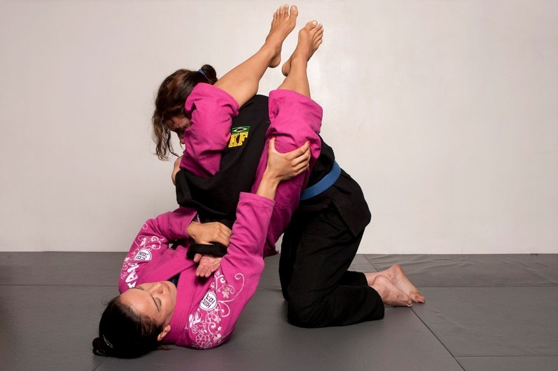 BJJ techniques: The 4x World BJJ Champion Kyra Gracie teaches how to apply the armbar in the closed guard