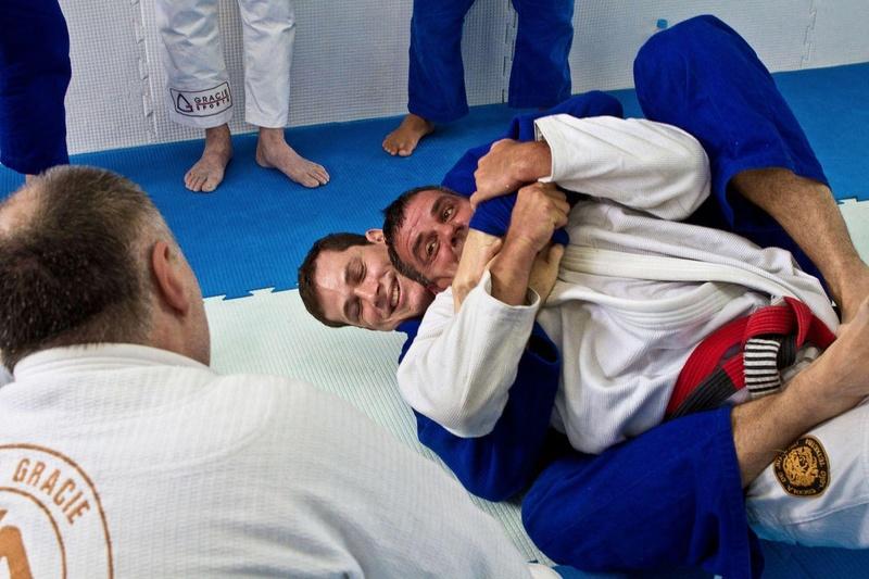 Roger Gracie de kimono azul se diverte com Sergio Malibú e com seu pai Mauricio Gomes.