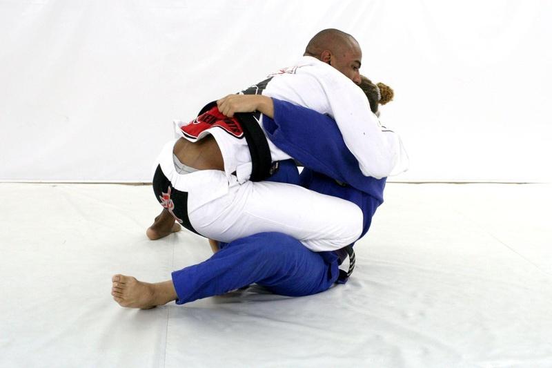 Serginho Moraes ensina um arm-lock partindo da omoplata