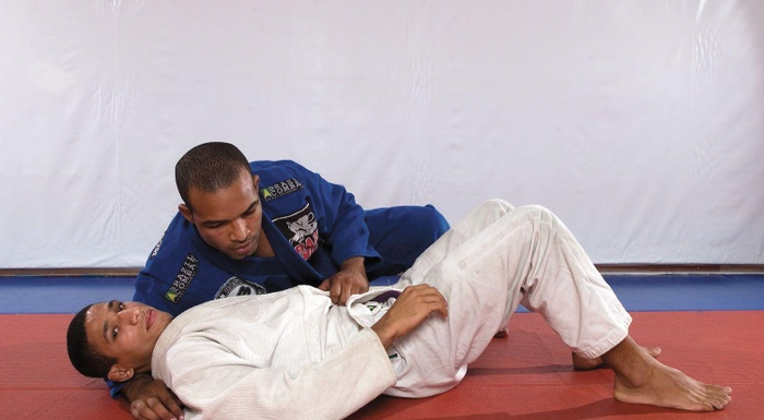 BJJ Tecniques: Bruno Bastos teaches us how to apply the lapel choke with knee on the belly