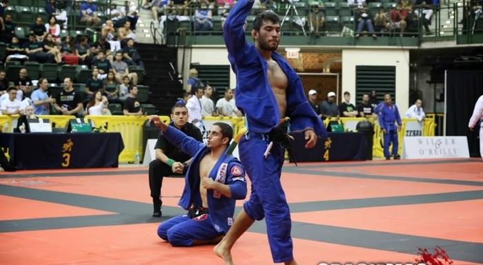 Brazilian Jiu-Jitsu: Aprenda a controlar a guarda do adversário para chegar a montada
