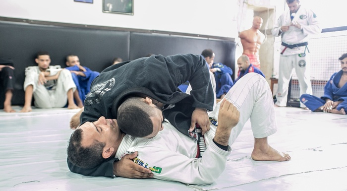 Brazilian Jiu-Jitsu lesson: Victor Honório teaches a lapel attack starting from side control