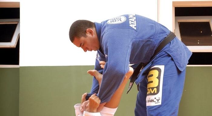 "BJJ Lessons: Rodrigo ""Comprido"" Medeiros teaches us how to apply an acrobatic guard pass"