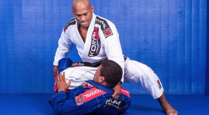 Ronaldo Jacaré ensina a estrangular com a lapela