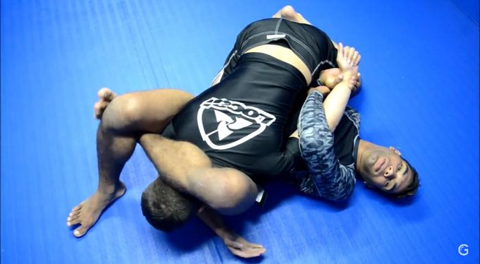 Brazilian Jiu-Jitsu: Escape do cem quilos encaixando um triângulo invertido, com Herbert Burns