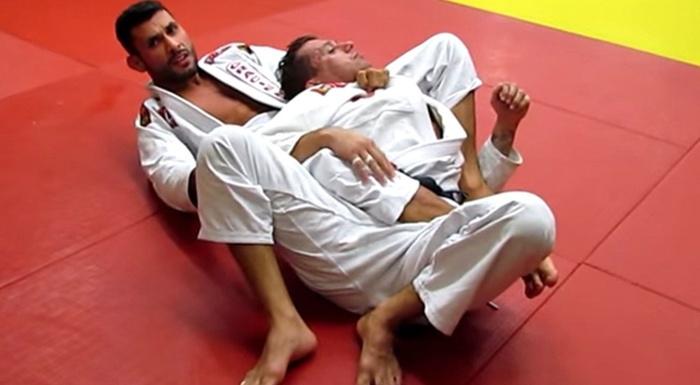 Brazilian Jiu-Jitsu: Claudio Caloquinha mostra como passar a guarda De La Riva e finalizar nas costas