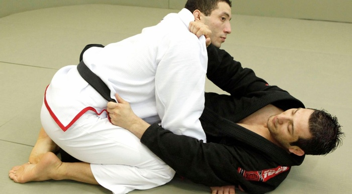 Léo Nogueira teaches a trick to successfully cruising past an opponent's half-guard