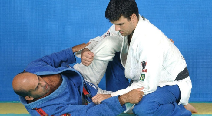 Learn a half guard sweep with Roberto Gordo