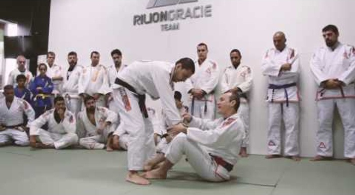 Rilion Gracie shows how to use the lever to sweep any opponent in BJJ