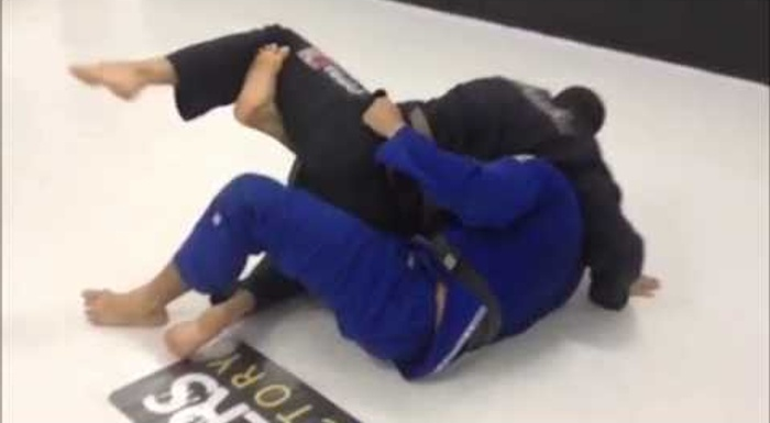 Finte a raspagem de meia-guarda e pegue as costas no Jiu-Jitsu