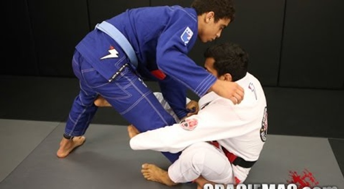 Cobrinha: a quick way to sweep from the sit-up guard