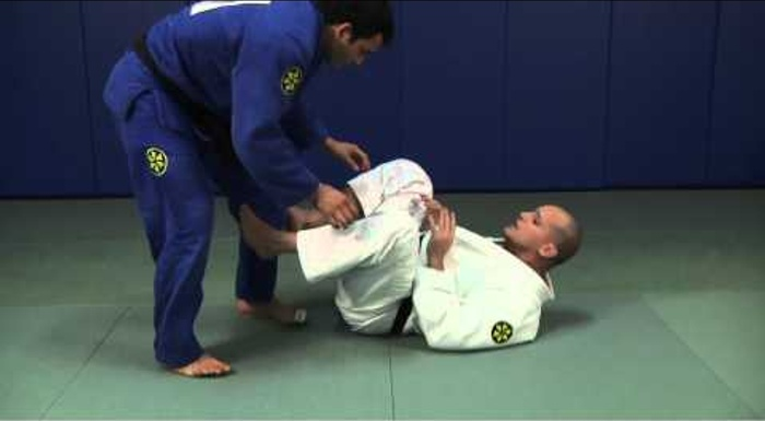 BJJ: Learn how to defend your guard and block passers, with Xande Ribeiro