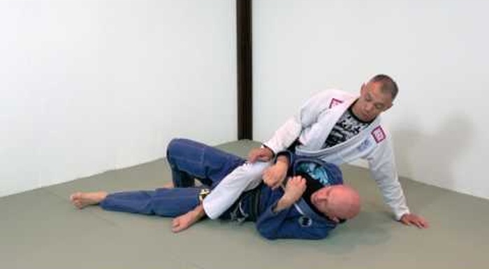 BJJ: Learn how to control the mount against bigger fighters