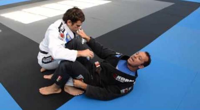 Faixa-preta mostra como abrir a guarda sem receio e raspar no Jiu-Jitsu