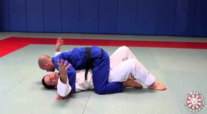 Saulo Ribeiro mostra como usar o quadril e os cotovelos para escapar da montada no Jiu-Jitsu