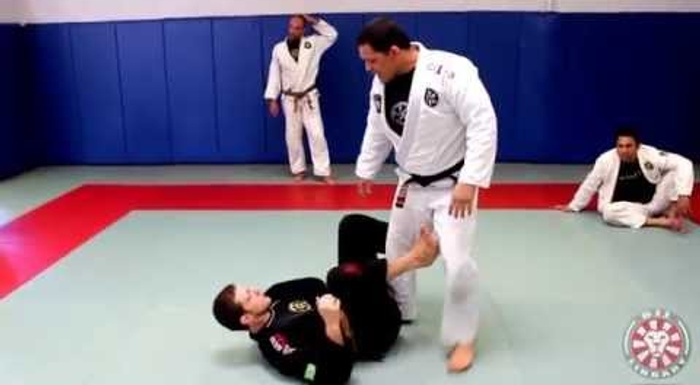 BJJ lesson: De la Riva guard pass -- headquarters position or shin pressure by Saulo Ribeiro