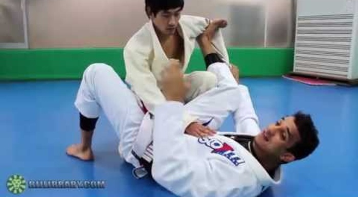 Brazilian Jiu-Jitsu lesson: Romulo Barral teaches how to apply scissor sweep from spider guard to triangle