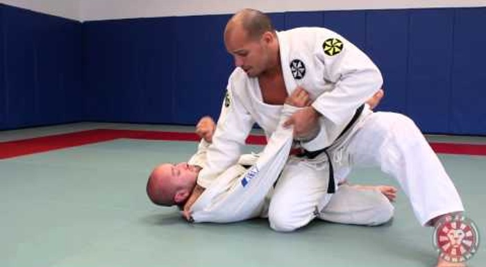 BJJ lesson: Xande Ribeiro teaches how to pass the guard with the power knee slice using the palm-down grip