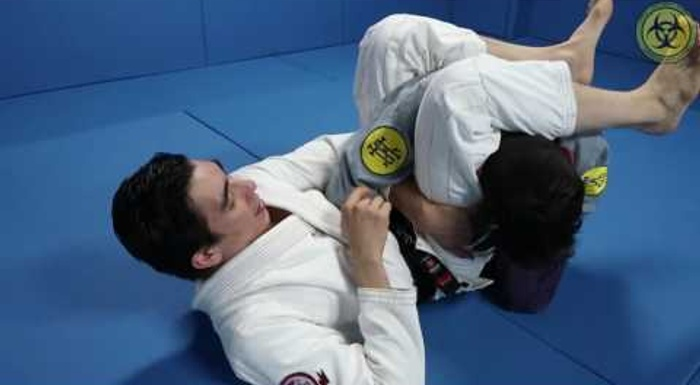 BJJ: Learn how to apply the baratoplata when your opponent escapes the triangle