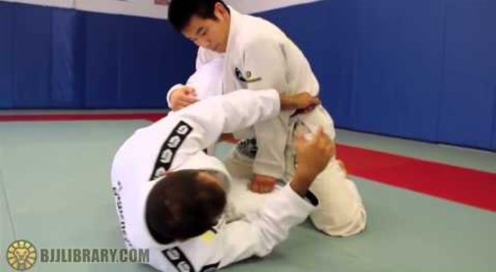 BJJ: Yuri Simões teaches two attacks from half-guard using the belt grip