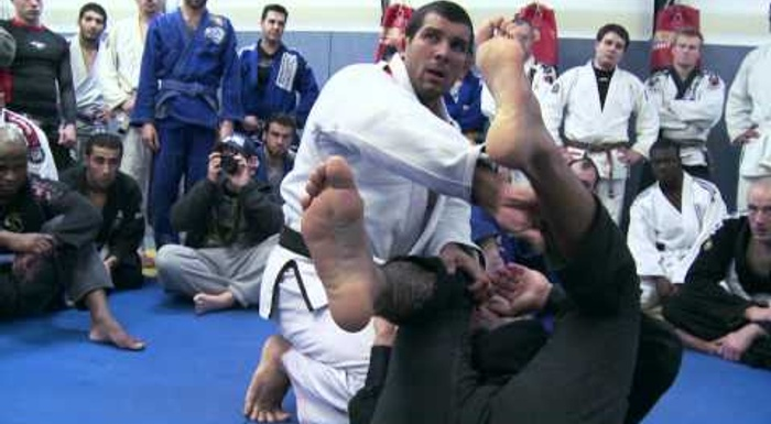 Rodolfo Vieira teaches a trick for passing the spider guard in BJJ