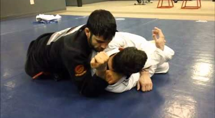 BJJ lesson: Pass guard with the leg drag and finish via ezequiel
