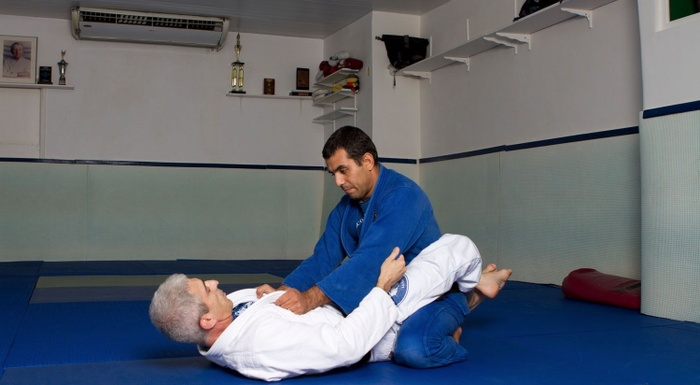 BJJ techniques: José Henrique Teixeira, a black belt in Brazilian Jiu-Jitsu, teaches how to sweep from the closed guard