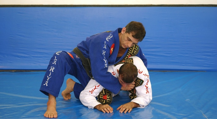 BJJ Technique: Ricardo De la Riva teaches us how to apply the inverted omoplata