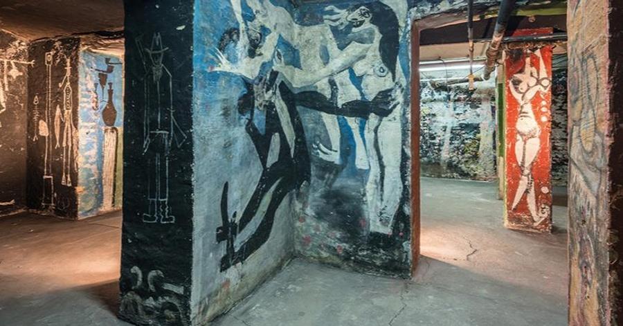Cover Image - Blick in den Bilderkeller, im Vordergrund Wandbild von Harald Metzkes und Manfred Böttcher © VG Bild-Kunst, Bonn 2018, Foto: Andreas FranzXaver Süß