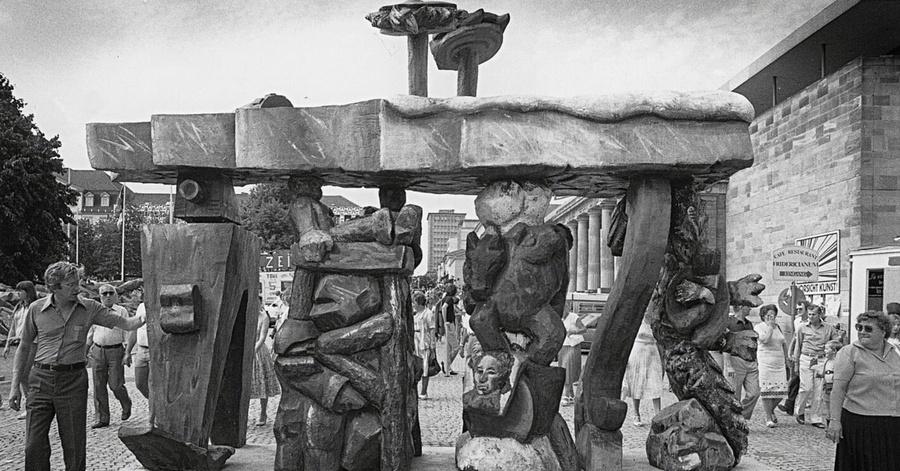 Ausstellungsansicht Brandenburger Tor - Weltfrage, Jörg Immendorf, documenta 7, 1982 © documenta Archiv, Foto Dieter Schwerdtle; The Estate of Jörg Immendorf, Courtesy of Galerie Michael Werner Märkisch Wilmersdorf, Köln & New York