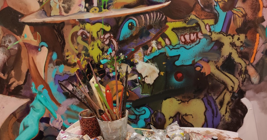 Cover Image - Howtokillagraffiti, Atelieransicht mit Biomorph vehicle, 2020, Öl und Sprühlack auf Leinwand,190 x 360cm, ©Howtokillagraffiti