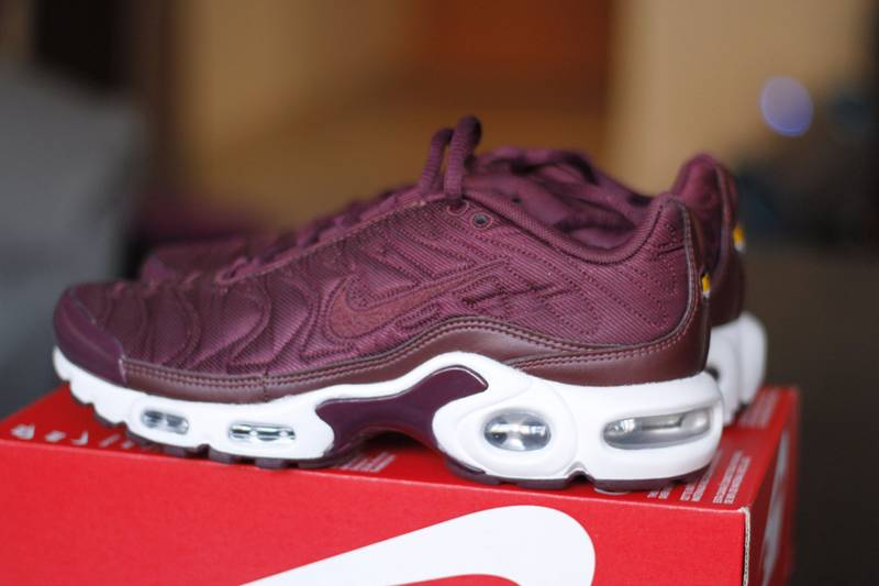 737dc627e6 ... switzerland nike air max plus tn se mtlc mahogany night maroon photo  a2c8f 40a06