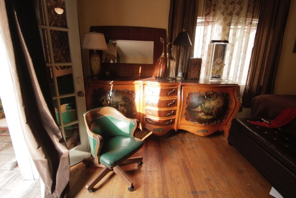One bedroom apartment located on the first floor. Authentic antiques from 1700s to 1940s.