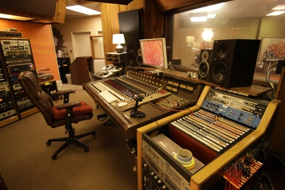 Beautiful, Customizable, And A Great Vibe. Includes vast collection of Vintage recording gear, microphones and instruments. Able to be configured to really create the legitimate feel of a classic recording studio from the 70s, as well as any modern recording studio. Available from 7AM to 1AM. Everything can be used except storage room.