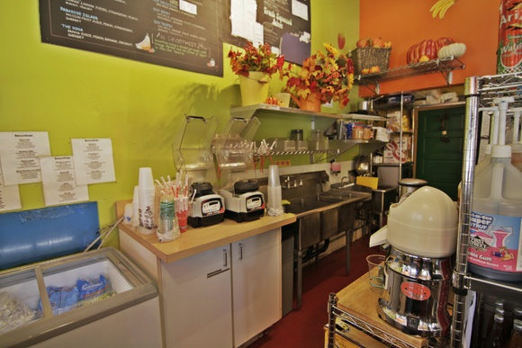 Sunny Juice Parlor. 1 room + kitchen + bathroom. Just before the beautiful mountains is an equally beautiful juice store in a very quaint and charming community.
