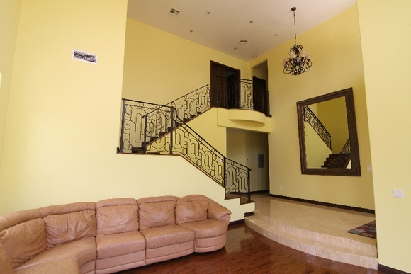 Spacious 2 Story, 4 Bedrooms, 5 Bathrooms with high ceilings in the living room. You can also rent a guest house in addition to the main house. The extra cost will be student - 25 an hour, indie - 42 an hour, commercial - 42 an hour. Follow this link to see the guest house: https://locations.film/location/469