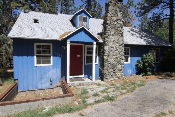 House is Two Story: 2 Bedroom, 2 Bathroom, Loft Upstairs.  Nature surrounded, is in the mountains, about 6000ft elevation, located in a quiet neighborhood. Please note that during winter (DEC-FEB) the snow reaches about 5ft.