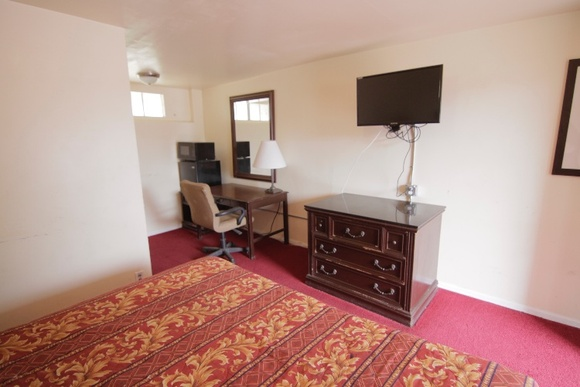 21 rooms.  Office cannot be used. 1 floor. Additional fee for pool.