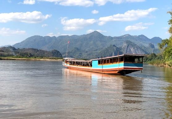 H01HALF DAY LONG TAIL SLOW BOAT TRIP TO LOCAL VILLAGE & PAK OU CAVES