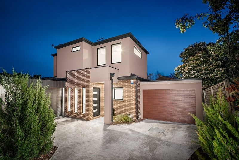 Double storey Ivanhoe townhouse Townhouse by Milara Building and Development